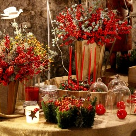 Christmas table decor of plants, flowers and candles, La Noyère.