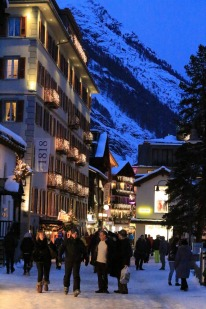 At dusk the streets are busy with shoppers and après-skiiers. It's a fine time for an Irish coffee at Elsie's Bar.